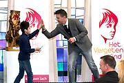 Koningin Máxima  bij de uitreiking van de Kind Centraal award van Stichting Vergeten Kind. De prijs ging dit jaar naar de opvanglocatie Kompaan en De Bocht in Goirle. de award gaat naar een opvanglocatie, initiatief, groep, persoon of fondsenwervende activiteit die zich buitengewoon inzet voor vergeten kinderen.<br /> <br /> <br /> Queen Máxima at the presentation of the Central Child Award Foundation Forgotten Child. The prize this year went to the reception center Kompaan and The Curve in Goirle. The award goes to a reception center, initiative, group, person or fundraising activity that extraordinary commitment to forgotten children.<br /> <br /> op de foto / On the photo: Johnny de Mol.