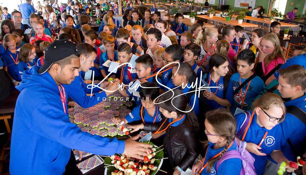 Den Haag - Gezond eten, gezonde Stockey World tour. scholieren  van scholen in de buurt van Den Haag doen de Stockey tour in het hockeypark.  FOTO KOEN SUYK