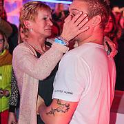 NLD/Hilversum/20130126 - 5e Liveshow Sterren Dansen op het IJs 2013, moeder van Tony Wyczynski omhelst hem