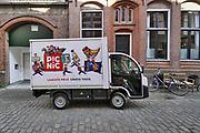 Nederland, Nijmegen, 25-4-2020 Via boodschappen bezorgdienst picnic kun je voedsel, boodschappen, levensmiddelen die online besteld zijn laten brengen, bezorgen . Flexwerk, bezorger,supermarkt, onlinesupermarkt,bestellen . Foto: Flip Franssen