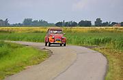 Old Citroën 2CV on a country road in Groningen // Een oude Citroën 2CV (Eend) op een plattelandsweggetje in Groningen.
