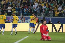 Hernanes e Neymar comemoram no amistoso entre Brasil e França no estádio Arena do Grêmio, em Porto Alegre (RS). FOTO: Jefferson Bernardes/Preview.com