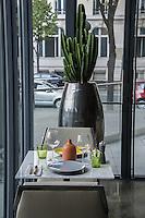 Pensée comme un « lieu social » favorisant les rencontres,  avec sa cuisine ouverte, son espace privé, son bar, sa vinoteca et sa terrasse, la brasserie FR\AME se distingue par la créativité du chef Andrew Wigger et la vision intemporelle de l'architecte d'intérieur et scénographe Christophe Pillet.<br /> À eux deux, ils ont réussi à transposer l'esprit West Coast dans un environnement parisien.<br /> C'est également le plus grand potager parisien avec, en plus, ses poules et ses abeilles.<br /> Directement du producteur au consommateur.