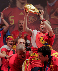 12.07.2010, Madrid, Spanien, ESP, FIFA WM 2010, Empfang des Weltmeisters in Madrid, im Bild Victor Valdes, Sergio Busquets and Andres Iniesta mit dem WM Pokal, EXPA Pictures © 2010, PhotoCredit: EXPA/ Alterphotos/ Acero / SPORTIDA PHOTO AGENCY