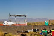 De vijfde racedag. In Battle Mountain (Nevada) wordt ieder jaar de World Human Powered Speed Challenge gehouden. Tijdens deze wedstrijd wordt geprobeerd zo hard mogelijk te fietsen op pure menskracht. Het huidige record staat sinds 2015 op naam van de Canadees Todd Reichert die 139,45 km/h reed. De deelnemers bestaan zowel uit teams van universiteiten als uit hobbyisten. Met de gestroomlijnde fietsen willen ze laten zien wat mogelijk is met menskracht. De speciale ligfietsen kunnen gezien worden als de Formule 1 van het fietsen. De kennis die wordt opgedaan wordt ook gebruikt om duurzaam vervoer verder te ontwikkelen.<br /> <br /> In Battle Mountain (Nevada) each year the World Human Powered Speed Challenge is held. During this race they try to ride on pure manpower as hard as possible. Since 2015 the Canadian Todd Reichert is record holder with a speed of 136,45 km/h. The participants consist of both teams from universities and from hobbyists. With the sleek bikes they want to show what is possible with human power. The special recumbent bicycles can be seen as the Formula 1 of the bicycle. The knowledge gained is also used to develop sustainable transport.