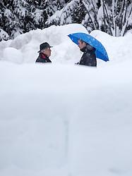 01.02.2014, Lienz, Osttirol, AUT, Schneefälle in Oberkärnten und Osttirol, im Bild Fussgänger mit Regenschirmen unterhalten sich. Über Nacht vielen bis zu 1,2 Meter Neuschnee in weiten Teilen Oberkärnten und Osttirols und forderten bereits zwei Todesopfer. EXPA Pictures © 2014, PhotoCredit: EXPA/ JFK