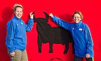 AMSTELVEEN - Gabrielle van Doorn en Bloeme van Kessel. promo  WK Clubdag in het Wagener Stadion. Stockey, de mascotte voor het WK Hockey in Den Haag , gaat op reis. FOTO KOEN SUYK