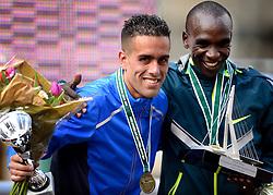 13-04-2014 NED: Marathon van Rotterdam<br /> Khalid Choukoud finished als beste Nederlander tijdens de marathon Rotterdam. De Haagse atleet eindigde in zijn debuut op de 42,195 kilometer als zevende in 2.10.51 en de winnaar de Keniaan Eliud Kipchoge die van de organisatie de award voor de winnende vrouw kreeg.