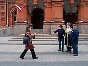 Moskau/Russische Foederation, RUS, 07.05.2008: Touristen lassen sich mit einem 2. Weltkriegs Veteranen in der Naehe des Roten Platz fotografieren. Zwei Tage spaeter (9. Mai 2008) findet die grosse Siegerparade auf dem Roten Platz statt.<br /> <br /> Moscow/Russian Federation, RUS, 07.05.2008: Tourists getting photographed with a WWII veteran close to Red Square where the Victory Day parade took place at the 9th of May 2008.