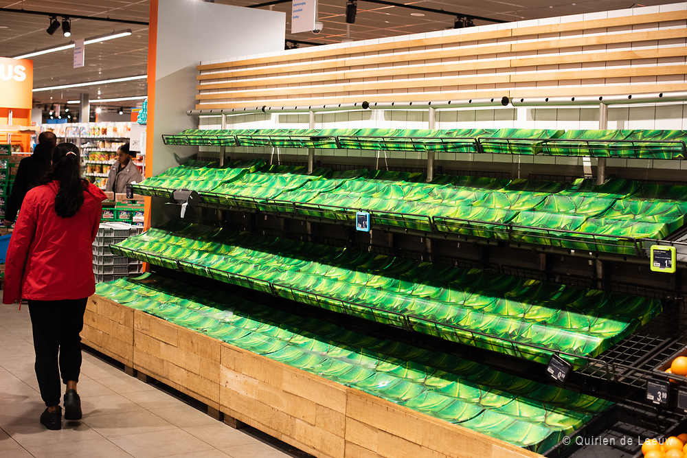 Een leeg schap fruit in de supermarkt
