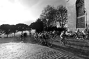 Een groep wielrenners op tandems in de buurt van La Butte in de Parijse wijk Montmartre<br /> <br /> Cyclist on tandems at La Butte in Paris Montmartre