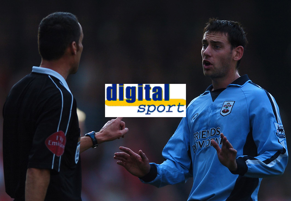 Fotball<br /> Premier League England 2004/2005<br /> Foto: BPI/Digitalsport<br /> NORWAY ONLY<br /> <br /> 30.10.2004<br /> Arsenal v Southampton<br /> <br /> Southampton two goal hero Rory Delap confronts the referee, Matt Messias, at full time
