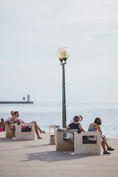 THEMENBILD - Touristen auf einer Bank auf der Strandpromenade, aufgenommen am 24. Juni 2018 in Porec, Kroatien // Tourists on a bench on the beach promenade, Porec, Croatia on 2018/06/24. EXPA Pictures © 2018, PhotoCredit: EXPA/ JFK