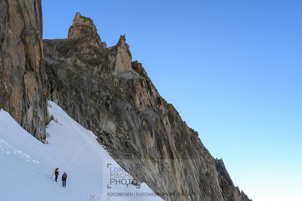 Zwei Alpinisten auf dem Sidelengletscher steigen zur Oberen Bielenlücke hoch, Furka, Uri, Schweiz<br /> <br /> Two alpinists on the Sidelengletscher are climbing towards the Obere Bielenlücke, Furka, Uri, Switzerland