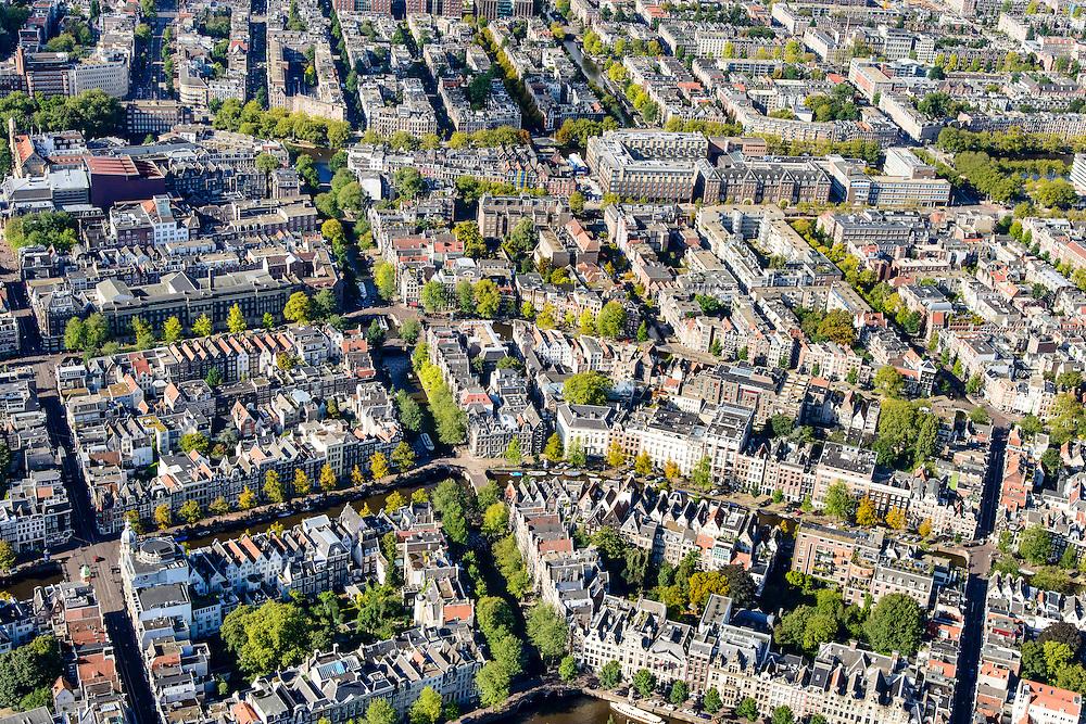 Nederland, Noord-Holland, Amsterdam, 27-09-2015; middendeel grachtengordel met Leidsegracht (diagonaal), links Leidsestraat, boven Marnixstraat.<br /> Central part of the belt of canals.<br /> Building blocks and courtyards along the canals, inner city.<br /> <br /> luchtfoto (toeslag op standard tarieven);<br /> aerial photo (additional fee required);<br /> copyright foto/photo Siebe Swart