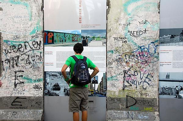 Duitsland, Berlijn, 22-8-2009Een origineel stuk van de Berlijnse muur op de Potsdamer Platz, het nieuwe centrum van de stad waar tot 1989 een niemandsland was.Foto: Flip Franssen/Hollandse Hoogte