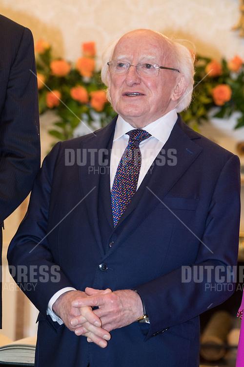 President Micheal Higgins tijdens de Welkomstceremonie en het ontvangst in het Presidentieel Paleis Aras an Uachtarain in Dublin, op dag 1 van het 3-daags staatsbezoek van het Nederlands Koningspaar aan Ierland.