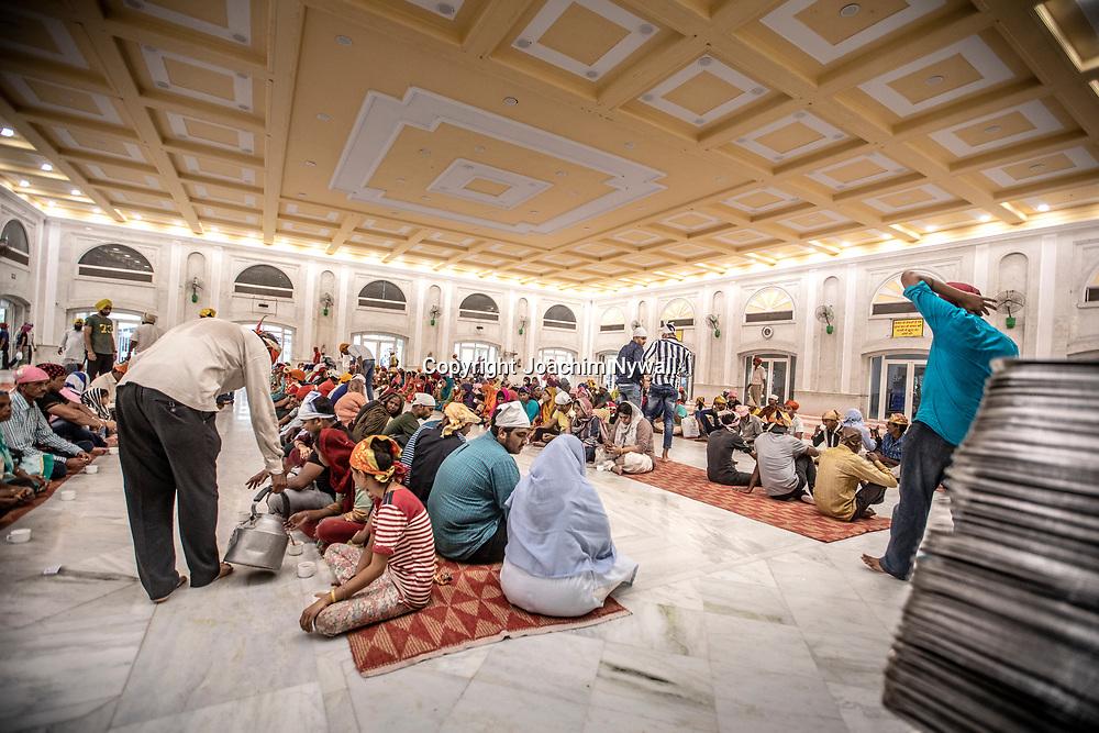 2019 09 26 Delhi India<br /> Gurdwara Bangla Sahib är en sikhisk helgedom i den indiska huvudstaden Delhi.<br /> Matsalen serveras upp emot 30000 personer om dan<br /> <br /> ----<br /> FOTO : JOACHIM NYWALL KOD 0708840825_1<br /> COPYRIGHT JOACHIM NYWALL<br /> <br /> ***BETALBILD***<br /> Redovisas till <br /> NYWALL MEDIA AB<br /> Strandgatan 30<br /> 461 31 Trollhättan<br /> Prislista enl BLF , om inget annat avtalas.