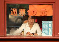Ticketverkaeuferin beim Tiananmen Tor. © Urs Bucher/EQ Images