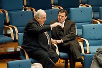 21.01.1999, Deutschland/Bonn:<br /> Helmut Kohl, CDU, Bundeskanzler a.D., und Gerhard Schröder, SPD, Bundeskanzler, im Gespräch, während der Bundestagsdebatte zur Finanz- und Wirtschaftspolitik auf den hinteren Stuhlreihen der CDU-BT Fraktion, Plenum, Deutscher Bundestag, Bonn<br /> IMAGE: 19990121-01/03-11<br /> KEYWORDS: Gerhard Schroeder