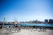 Fietsers bekijken het uitzicht op San Francisco. De Amerikaanse stad San Francisco aan de westkust is een van de grootste steden in Amerika en kenmerkt zich door de steile heuvels in de stad. Ondanks de heuvels wordt er steeds meer gefietst in de stad.<br /> <br /> Cyclists look at the view of San Francisco. The US city of San Francisco on the west coast is one of the largest cities in America and is characterized by the steep hills in the city. Despite the hills more and more people cycle.