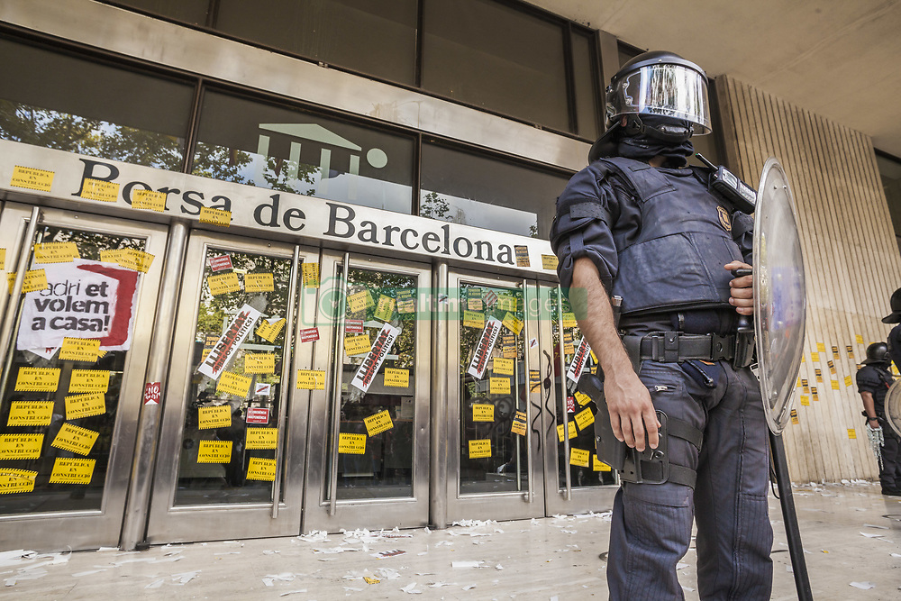 October 1, 2018 - Barcelona, Catalonia, Spain - Riot policeman keeps guard in front of the  Barcelona Stock Exchange gates after a demonstration during the first anniversary of the catalan elections for independence in 2017. (Credit Image: © Celestino Arce Lavin/ZUMA Wire)