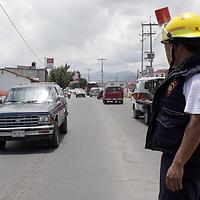 TOLUCA, México.- Bomberos de Santiago Tianguistenco se dieron a la tarea de botear en los principales accesos a este municipio para recaudar fondos para el festejo del día del bombero este 22 de Agosto y poder convivir con compañeros y su familia. Agencia MVT / Crisanta Espinosa. (DIGITAL)