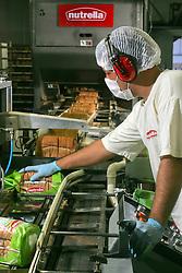 Linha de produção da fábrica de pães Nutrella, no municipio de Alvorada, Rio Grande do Sul. Com mais de 30 anos de mercado, a empresa se firma como uma das grandes competidoras nacionais do negócio de panificação, sempre orientada para o mercado, caracterizando-se pelo pioneirismo e qualidade. Atualmente gera mais de 900 empregos diretos. FOTO: Jefferson Bernardes/ Agência Preview
