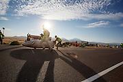 De kwalificaties op maandagochtend. In Battle Mountain (Nevada) wordt ieder jaar de World Human Powered Speed Challenge gehouden. Tijdens deze wedstrijd wordt geprobeerd zo hard mogelijk te fietsen op pure menskracht. Het huidige record staat sinds 2015 op naam van de Canadees Todd Reichert die 139,45 km/h reed. De deelnemers bestaan zowel uit teams van universiteiten als uit hobbyisten. Met de gestroomlijnde fietsen willen ze laten zien wat mogelijk is met menskracht. De speciale ligfietsen kunnen gezien worden als de Formule 1 van het fietsen. De kennis die wordt opgedaan wordt ook gebruikt om duurzaam vervoer verder te ontwikkelen.<br /> <br /> In Battle Mountain (Nevada) each year the World Human Powered Speed ??Challenge is held. During this race they try to ride on pure manpower as hard as possible. Since 2015 the Canadian Todd Reichert is record holder with a speed of 136,45 km/h. The participants consist of both teams from universities and from hobbyists. With the sleek bikes they want to show what is possible with human power. The special recumbent bicycles can be seen as the Formula 1 of the bicycle. The knowledge gained is also used to develop sustainable transport.
