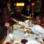 NLD/Rotterdam/20051221 - Premiere Sesamstraat Live, Dennis Veerman snoept van de warme chocolade