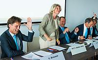 BREDA -  ALV KNHB.  Bondsbestuurder Madeleine Bakker is jarig. rechts Reinoud Imhof, Erik Cornelissen .  links Victor Brouwer    COPYRIGHT  KOEN SUYK