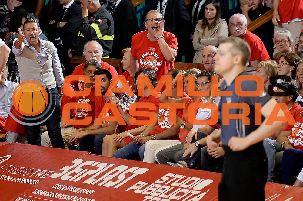 DESCRIZIONE : Reggio Emilia Lega A 2015-2016 Playoff Finale Gara 3 Grissin Bon Reggio Emilia EA7 Emporio Armani Milano<br /> GIOCATORE : tifosi Alessandro Martolini arbitro<br /> CATEGORIA : arbitro tifosi curiosita<br /> SQUADRA : Grissin Bon Reggio Emilia arbitro<br /> EVENTO : Campionato Lega A 2015-2016<br /> GARA : Grissin Bon Reggio Emilia EA7 Emporio Armani Milano<br /> DATA : 07/06/2016<br /> SPORT : Pallacanestro<br /> AUTORE : Agenzia Ciamillo-Castoria/Max.Ceretti<br /> GALLERIA : Lega Basket A 2015-2016<br /> FOTONOTIZIA : Reggio Emilia Lega A 2015-2016 Playoff Finale Gara 3 Grissin Bon Reggio Emilia EA7 Emporio Armani Milano<br /> PREDEFINITA :