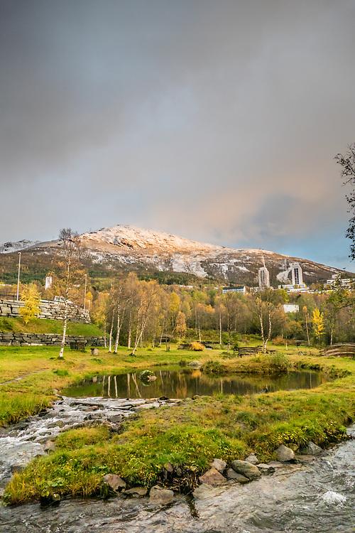 Utsikt fra Elvedalen i Taraldsvik i retning mot Fagernesfjellet.
