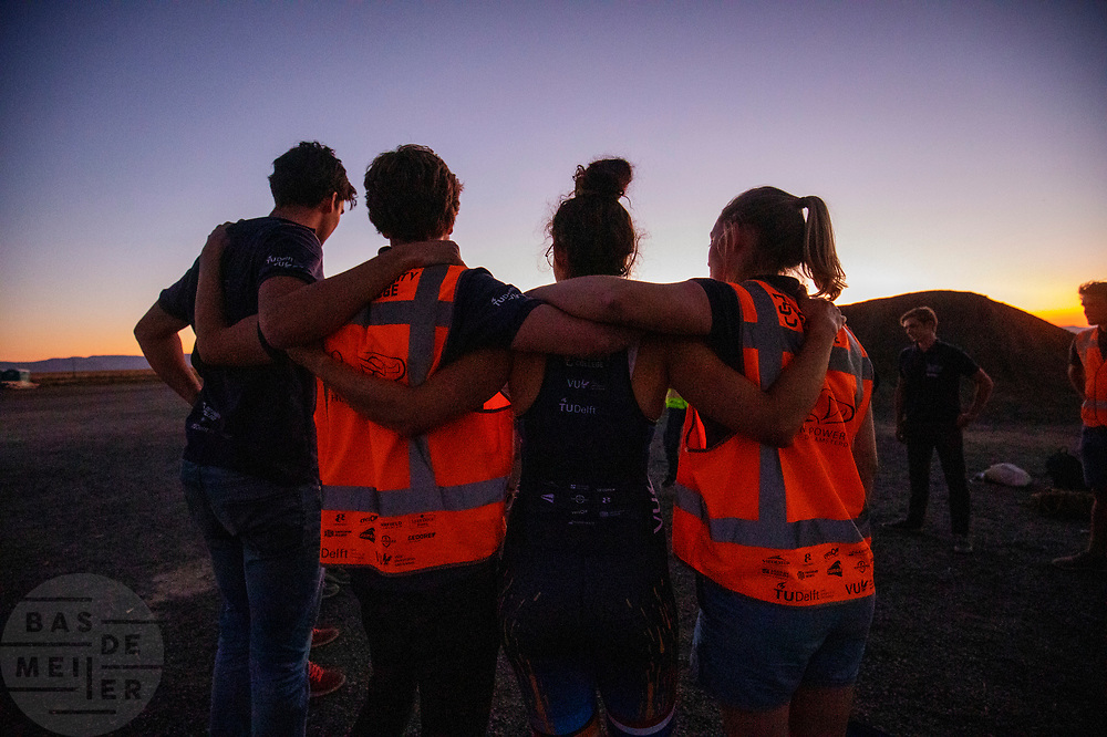 Het team komt bij elkaar na de avondrun op de zevende en laatste racedag. Het Human Power Team Delft en Amsterdam, dat bestaat uit studenten van de TU Delft en de VU Amsterdam, is in Amerika om tijdens de World Human Powered Speed Challenge in Nevada een poging te doen het wereldrecord snelfietsen voor vrouwen te verbreken met de VeloX 9, een gestroomlijnde ligfiets. Dat staat sinds 13 september 2019 op naam van Ilona Peltier met 126,52 km/u. De Canadees Todd Reichert is de snelste man met 144,17 km/h sinds 2016.<br /> <br /> With the VeloX 9, a special recumbent bike, the Human Power Team Delft and Amsterdam, consisting of students of the TU Delft and the VU Amsterdam, wants to set a new woman's world record cycling in September at the World Human Powered Speed Challenge in Nevada. The current record is 126,52 km/h by Ilona Peltier.  The fastest man is Todd Reichert with 144,17 km/h.