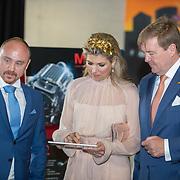 LUX/Luxembug/2 Maxima0180524 - Staatbezoek Luxemburg 2018 dag 2, Willem-Alexander en Maxima besturen een robot via de Ipad