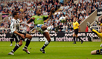 Fotball<br /> England 2005/2006<br /> Foto: SBI/Digitalsport<br /> NORWAY ONLY<br /> <br /> Newcastle United v Deportivo La Coruna<br /> Intertoto Cup.<br /> 03/08/2005.<br /> Deportivo's Jorge Andrade (R) gets the better of Steven Taylor to lob over Newcastle goalkeeper Shay Given