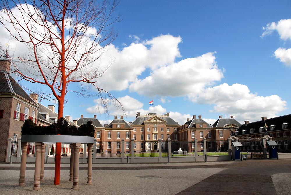 het Loo, 20  mei  2008.paleis het Loo, bij Apeldoorn. De voorkant met een oranje boom ervoor..Foto: (c) Renee Teunis