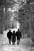 Nederland, Overasselt, 17-2-1995Natuurgebied de Hatertse Vennen van staatsbosbeheer. Een oudere vrouw loopt gearmd met twee jongere mensen .Foto: Flip Franssen