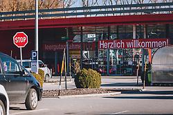 THEMENBILD - Lebensmittelgeschäfte sind während des Lockdowns ganz normal geöffnet. Der Andrang hält sich in Grenzen, aufgenommen am 18. November 2020, Bruck an der Glocknerstraße, Österreich // Grocery shops are open during the lockdown. The rush is limited on 2020/11/18, Bruck an der Glocknerstraße, Austria. EXPA Pictures © 2020, PhotoCredit: EXPA/ Stefanie Oberhauser