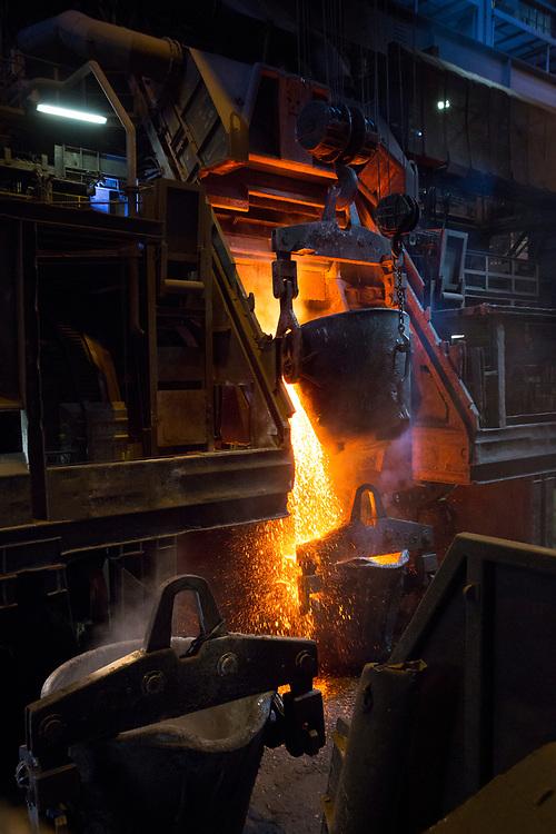 Kupferhütte bei Aurubis in Hamburg: Herstellung der Anode (99,5% Kupfer) vom Schwebeschmelzofen, Konverter, Anodenofen zur Anoden-Giessmaschine.<br /> <br /> Aurubis ist nicht nur die grösste Kupferhütte Europas, sondern auch eine der modernsten und umweltfreundlichsten Kupferhütten der Welt.