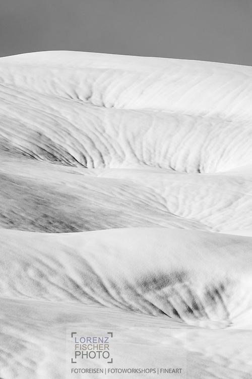 Sanfte Formen und Strukturen in der tief verschneiten Winterlandschaft im hinteren Bisistal, Kanton Schwyz, Schweiz / <br /> <br /> Soft shapes and structures in the snow-covered winter landscape in the rear Bisistal, Canton Schwyz, Switzerland
