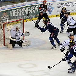 Versuchtes Tor durch 7 Brian Lebler (Spieler ERC Ingolstadt) mit auf dem Bild 88 Brandon McMillan (Spieler ERC Ingolstadt), 15 John Laliberte (Spieler ERC Ingolstadt), 29 Andreas Jenike (Torwart Thomas Sabo Ice Tigers), 15 Daniel Heatley (Spieler Thomas Sabo Ice Tigers) und 55 David Printz (Spieler Thomas Sabo Ice Tigers) beim Spiel in der DEL, ERC Ingolstadt (blau) - Nuenrberg Ice Tigers (weiss).<br /> <br /> Foto © PIX-Sportfotos *** Foto ist honorarpflichtig! *** Auf Anfrage in hoeherer Qualitaet/Aufloesung. Belegexemplar erbeten. Veroeffentlichung ausschliesslich fuer journalistisch-publizistische Zwecke. For editorial use only.