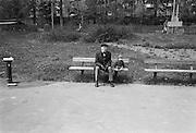Gammal och ung på en träbänk i Aspudden