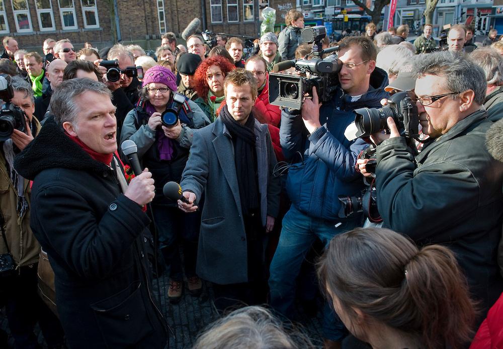 Nederland, Utrecht, 20 feb 2010.Campagne voor gemeenteraads verkiezingen.  Wouter Bos voert een paar uur na het vallen van het kabinet waarin hij vice-premier en minister van financien was, alweer campagne voor de gemeenteraadsverkiezingen.  Hier op het Neude in Utrecht..Foto Michiel Wijnbergh