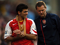 Fotball<br /> Premier League England 2004/2005<br /> Foto: BPI/Digitalsport<br /> NORWAY ONLY<br /> <br /> 30.10.2004<br /> Arsenal v Southampton<br /> <br /> Jose Antonio Reyes, accompanied by Gary Lewin, goes off with a wrist injury