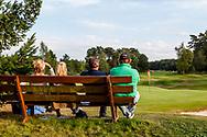 01-09-2016 Golffoto's van het Nationaal Open op de Hilversumsche Golf Club in Hilversum. finale.  Bankje bij green hole 18