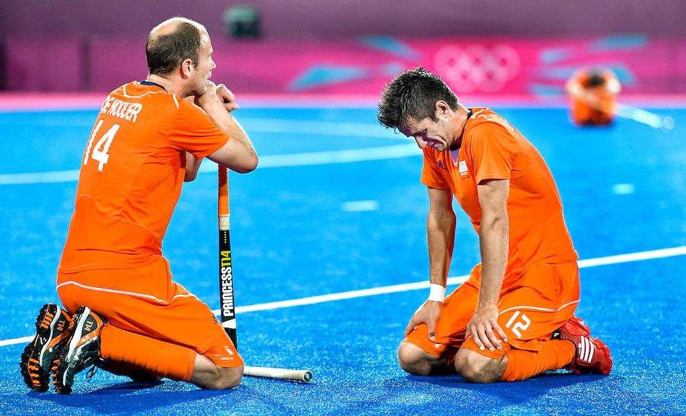 Engeland, Londen, 11-08-2012.<br /> Olympische Spelen.<br /> Hockey, Mannen, Finale.<br /> Nederland - Duitsland : 1 - 2.<br /> Teun de Nooijer ( links ) en Robbert Kemperman treuren om het verlies.<br /> Foto : Klaas Jan van der Weij