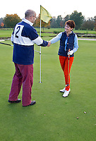 CAPELLE aan de IJSSEL - familigolf. Elkaar bedanken na een speelronde op de Capelse Golfclub. FOTO KOEN SUYK
