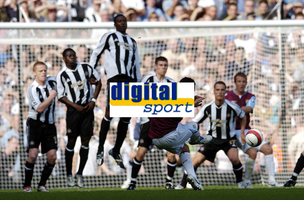 Photo: Olly Greenwood.<br />West Ham United v Newcastle United. The Barclays Premiership. 17/09/2006. Newcastle's wall tries to block West Ham United's Carlos Teves free kick