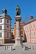 The red pink Stenbockska Palatset on Riddarholmen, seat of the Regeringsrätten court, dating from the 17th century. Statue of Birger Jarl (B Magnusson) on Riddarholmen. Stockholm. Sweden, Europe.